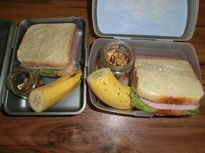 Sendvič (máslo, salát, šunka, kečup), banán, vlašské ořechy