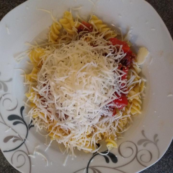 Blp těstoviny s omáčkou na špagety;-)na slanině jsem si zpěnila cibuli a pórek přidala maso(hov+vepř) podusila, ochutil a bylinkami,zázvorem,musk.orisk,trocha římského kmínu,kurkumy a česneku. Protlak a sterilované rajčata..podusim cca 30-40minut. M