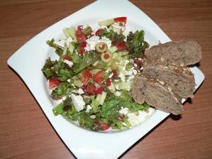 VEČEŘE: řecký salát (salát, okurka, paprika, rajče, olivy, řecký sýr), kousek bagetky