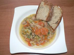 OBĚD: dušené vepřové (kýta) s mrkví a pórkem, domácí špaldový chléb