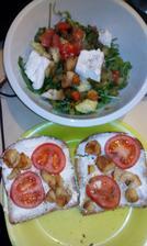 kozí sýr, pečený česnek a mix salát ;-)