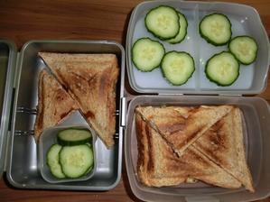 Tousty: celozrnný toustový chléb, Veselá kráva, kečup, gouda, šunka; okurka