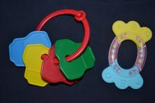 2x kojenecké hračky,