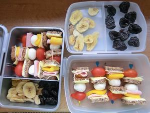 chuťovky: vícezrnný chléb, gervais, gouda, šunka, papirka, mozarella třešničky, cherry rajčátka; sušené švestky, sušený banán