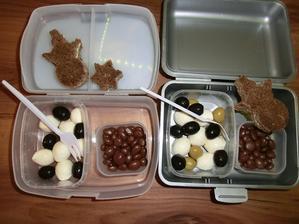 Mozzarella kuličky, černé a zelené olivy, chléb Darken s taveným sýrem, rozinky v čokoládě
