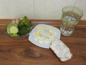 Svačina: křepelčí vajíčka (zatím koupené, ale už se střádají domácíííí :-D), žitný chléb s trochou alsanu, zelenina