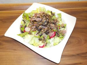 Večeře: jarní salát s ředkvičkami (konečně vlastní ze skleníku :-)), osmahnuté žampiony se šunkou a slunečnicovými semínky