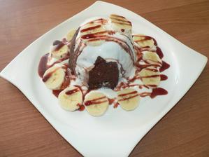 SNÍDANĚ: jablko banánový mug cake s kakaem a kokosem, trocha bílého jogurtu, zbytek banánu, datlový sirup