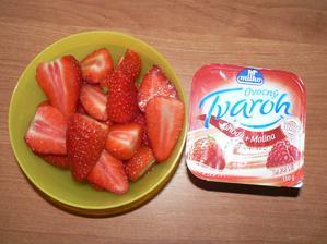 SVAČINA: ovocný tvaroh, jahody