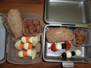 Honzík: kedluben, mozzarela kuličky, mrkev, dřevorubecký chléb s gervais, Jeníkův lup. Květuška: rajčátko, mozzarela kuličky, černé olivy, zbytek co Honzík
