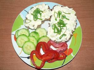 SNÍDANĚ: domácí celozrnný slunečnicový chléb, cottage pomazánka, zelenina