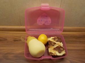 domácí hruškový perník s tvarohem, mléko, mandarinka