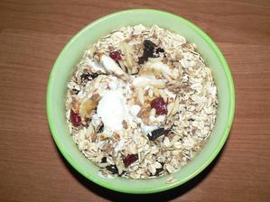 SNÍDANĚ: domácí musli s jogurtem (ovesné vločky, pohankové lupínky, mandle, sušené švestky, brusinky a čerstvý banán - je to hooodně syté, rozhodně jsem nesnědla celou misku