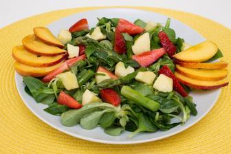 Polníčkový salát se zeleným chřestem a ovocem