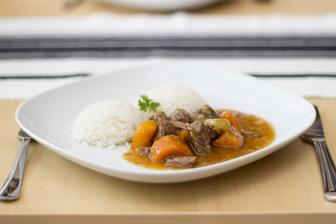 Dušené hovězí s mrkví a paprikou, rýže