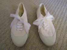 Pěkné bílé látkové tenisky, moderní šněrování, 38
