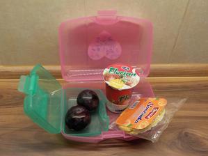 jogurt, pufovaný chlebíček s polevou, blumy