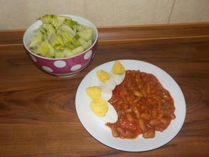 VEČEŘE: flekaté fazole (které při vaření nějak ztratili fleky :-D) v rajčatové omáčce (zavařená domácí rajčata z léta + cibulka), vajíčko, salát