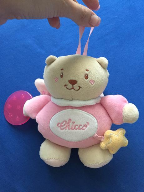 První hračka - chrastítko medvidek,