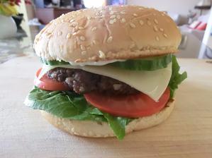 Hovězí burger: opečená bulka, tatarka, salát, rajče, gouda, okurka a hovězí masíčko jen osolené, opepřené, česnek, cibulka
