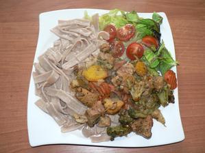 OBĚD: pečená vepřová směs se zeleninou, špaldové široké nudle