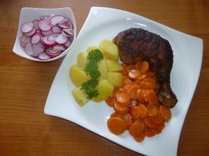 OBĚD: kuře (bohužel se nám ale nezdravě připeklo :-(), vařený brambor, dušená mrkev, ředkvičky