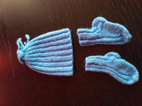 Pletená čepička s ponožkama, 50