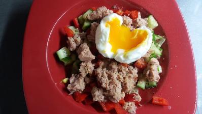 Zeleninovy salat s tunakem a vajicko
