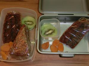 Perník s nutellou a borůvkovou marmeládou, kiwi, sušené meruňky