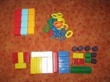 Různé plastové kostky,