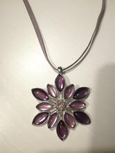 Fialový náhrdelník s přívěskem ve tvaru květiny,