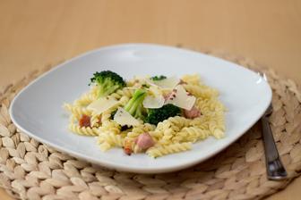 Těstoviny s vinnou klobásou a brokolicí