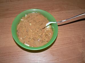 SVAČINA: trocha jogurtu, trochu tvarohu, med, skořice, mandle