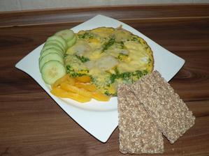 VEČEŘE: vajíčková omeleta s pažitkou, plátkem goudy a opravdu jen malinkým zbytečkem syrečku, knekebrot