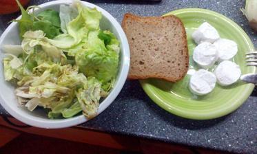 Kozi syr s ledovym salatem, rukolou a balsamicem :-)