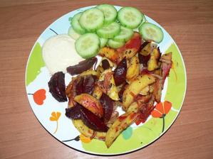 OBĚD: brambory pečené s řepou a cibulí s provensálskými bylinkami na pečícím papíru, jen pokapané olivovým olejem a dip z lehké zakysané smetany s kari