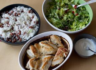 Kuře s omáčkou jerk, rýže s fazolemi, salát