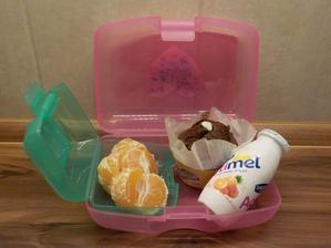 rychlovka - kupovaný muffin - plněný lipánkem, actimel, mandarinky