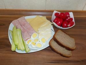 VEČEŘE: obložený talíř - kvalitní šunka, sýr 30%, hermelín Figura, křepelčí vajíčka (dohromady 90g), žitný chléb (50g) a zelenina