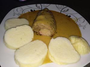Hovězí závitek plněný zelím,šunkou,vejcem a okurkou na paprikové omáčce;-)