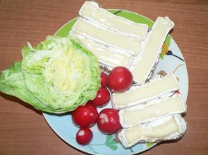 SNÍDANĚ: domácí špaldový chléb s trochou gervais, nízkotučný hermelín, zelenina