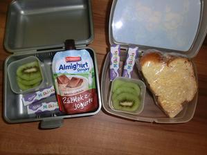 Vánočka s máslem, jogurt, čokoládky od Mikuláše, kiwi