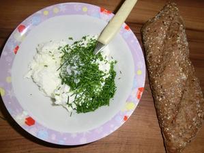 Příprava: Pažitková pomazánka: Tvaroh, čerstvá pažitka, špetka soli a pohanková bageta