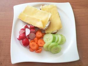 SNÍDANĚ: domácí kukuřičný chléb (částečně s celozrnnou moukou) s trochou gervais a goudou 17%, zelenina