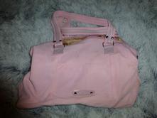 Růžová kabelka,