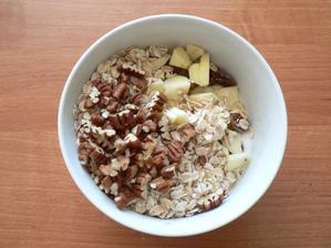 SNÍDANĚ: bílý jogurt, 2 sušené fíky, 3/4 malého jablíčka, ovesné vločky, pekanové ořechy