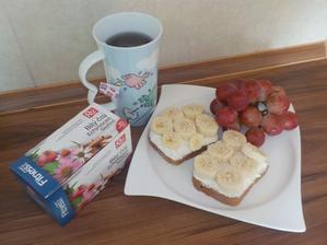SNÍDANĚ: celožitný chléb s paloučkem a banánem, zasypaný trochou sezamových semínek, hroznové víno, čaj