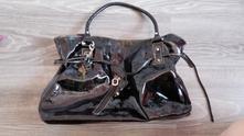 Černá lesklá kabelka,