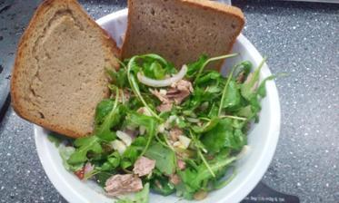 zel.salátek s tuňákem (rukola, cibule, olivy, rajče)