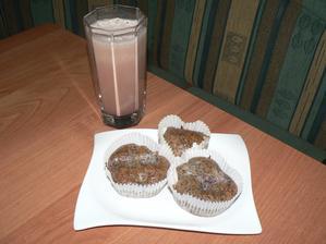 SNÍDANĚ: makové muffiny ze špaldové mouky (napůl hladká, napůl celozrnná) se švestkami, kakao z klasického holandského kakaa (na karob se teprve chystám :-))